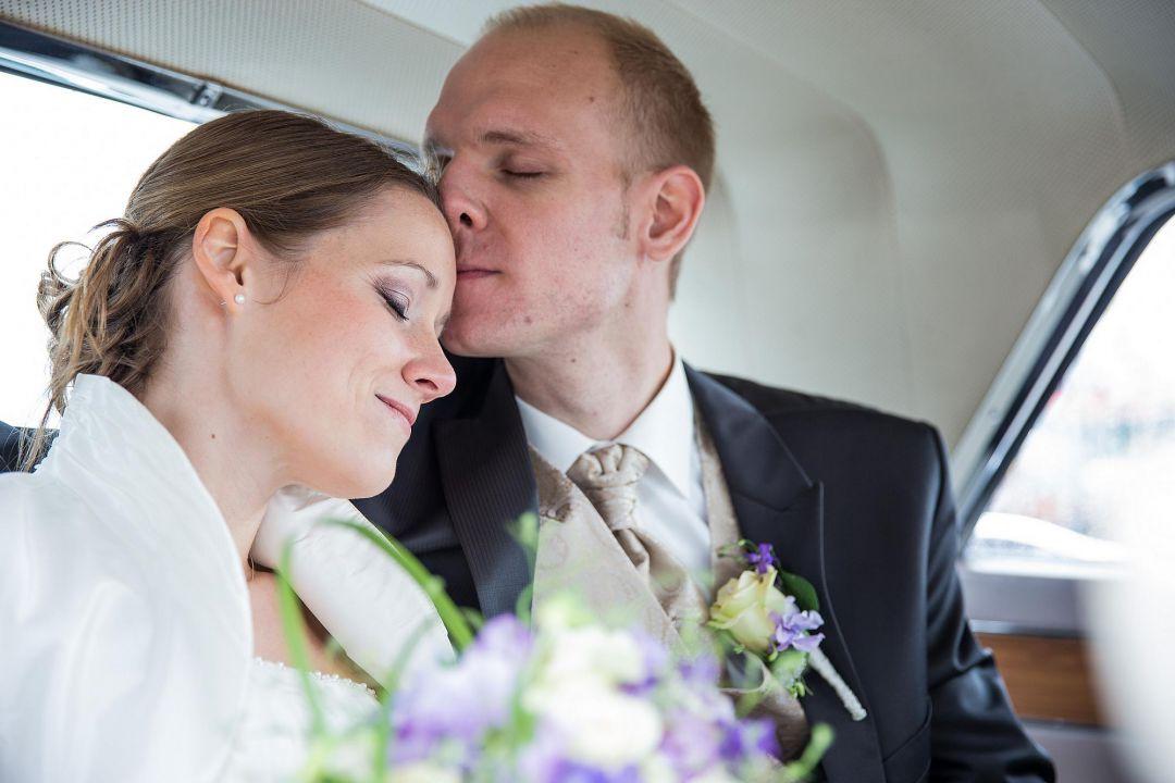 Romantisches Portrait vom Brautpaar in zärtlichem Moment im Auto, Hochzeitsfotos von Peter Vogel, Hamburg