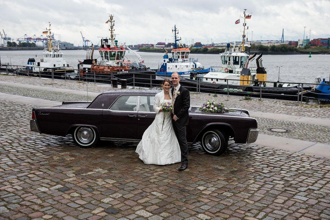 Brautpaar vor historischem Brautwagen im Hamburger Hafen