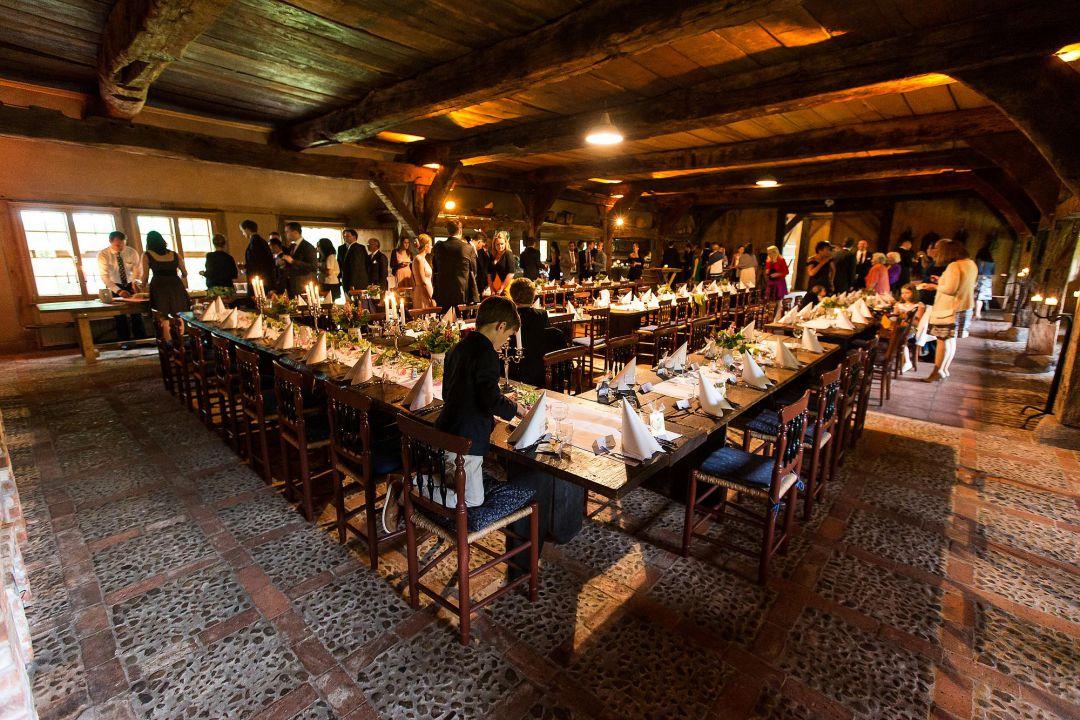 Festliche Hochzeitstafel in historischem Bauernhof, Hochzeitsfotos von Peter Vogel, Hamburg