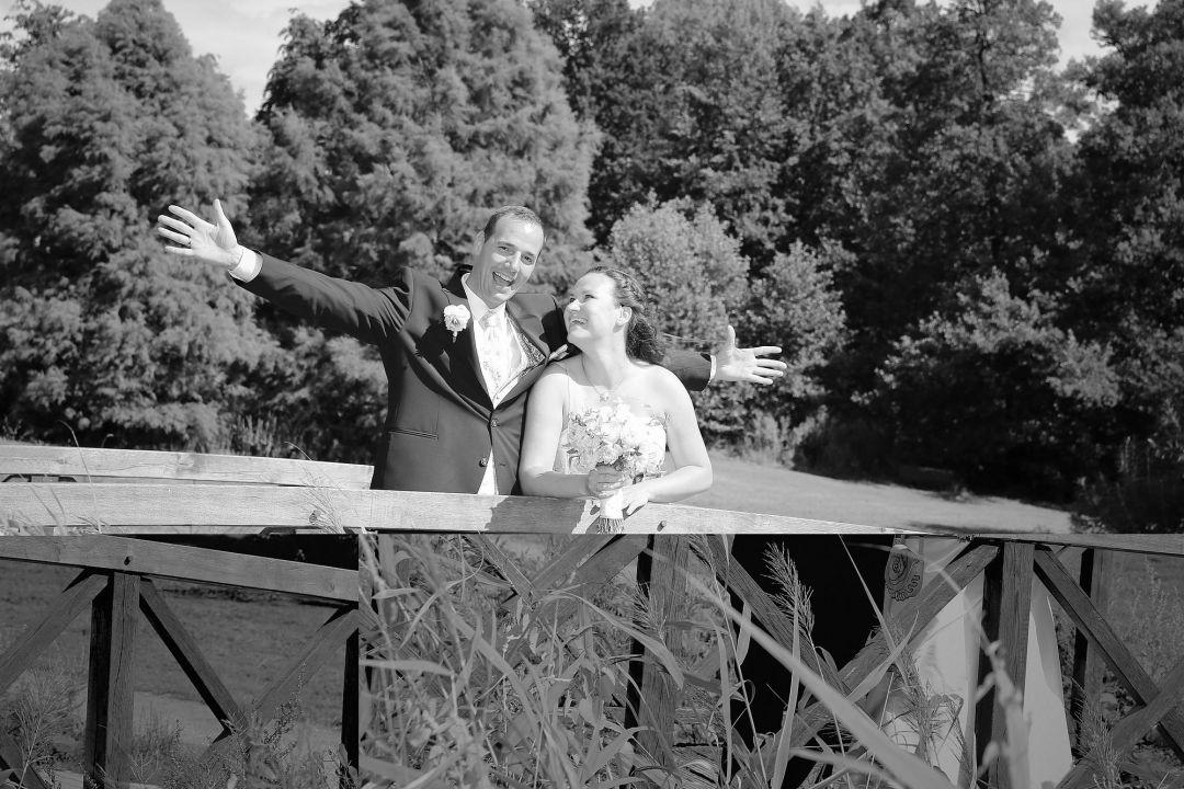 Schwarz Weiß Foto mit glücklichem Hochzeitspaar, fotografiert von Peter Vogel, Hamburg
