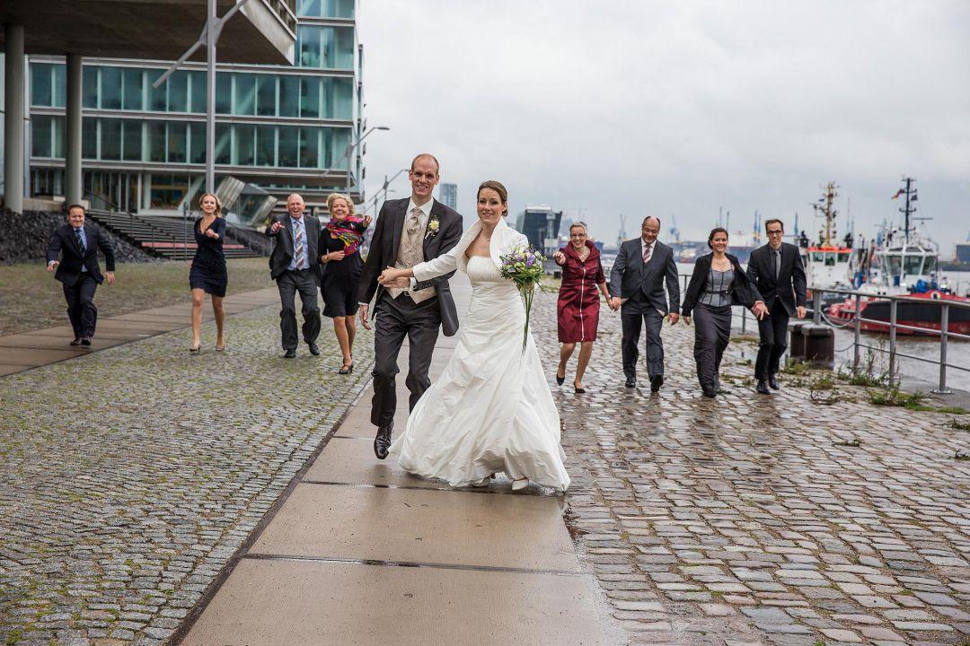Gruppenbild mit Brautpaar im Hamburger Hafen von Peter Vogel, Hamburg