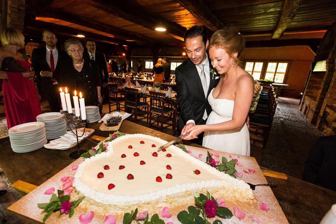Brautpaar beim Anschneiden der Hochzeitstorte, Hochzeitsfotos von Peter Vogel, Hamburg