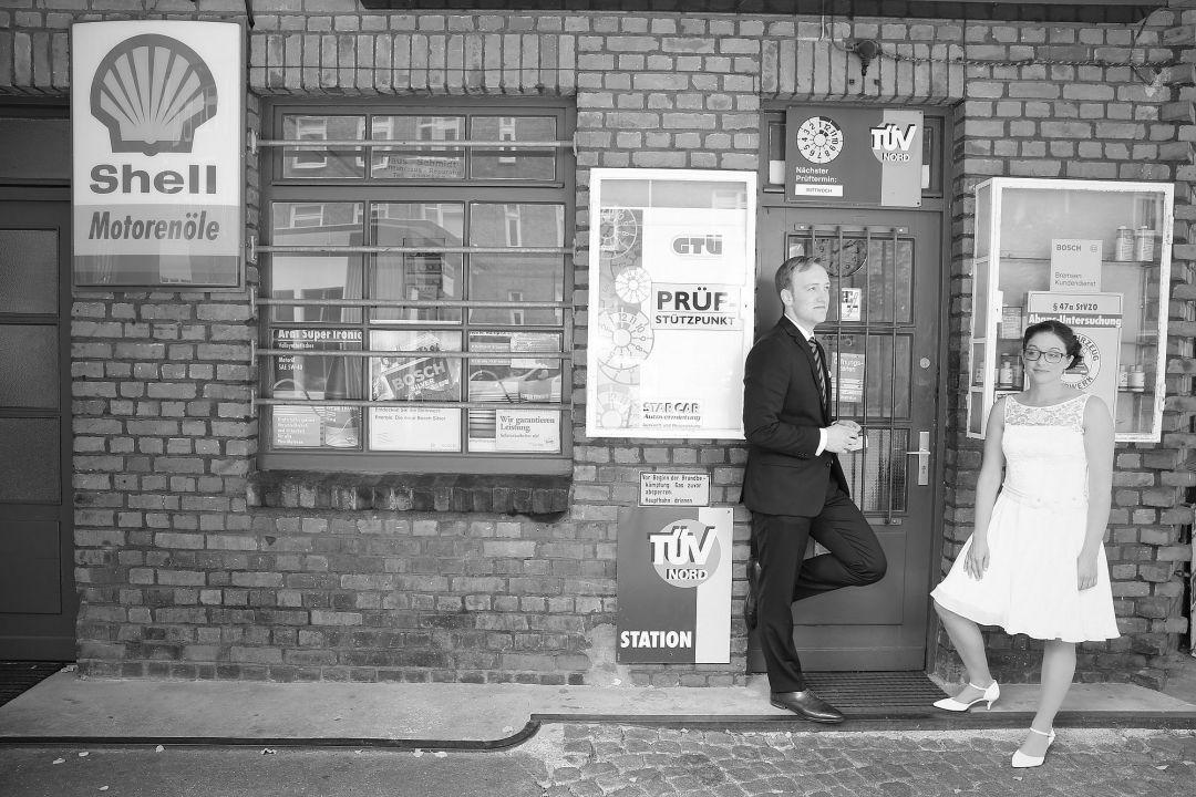 Hochzeitsfotos auf einer historischen Tankstelle von Peter Vogel, Hamburg