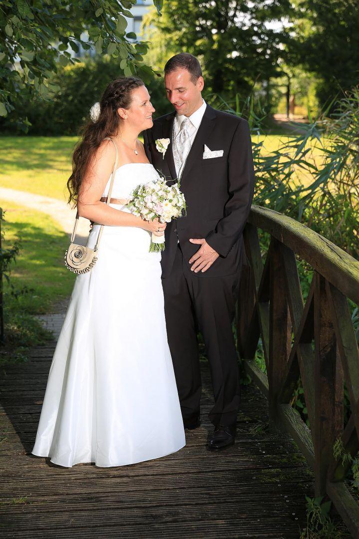 Brautpaar auf Holzbrücke im Park. Hochzeitsfotos von Peter Vogel, Hamburg