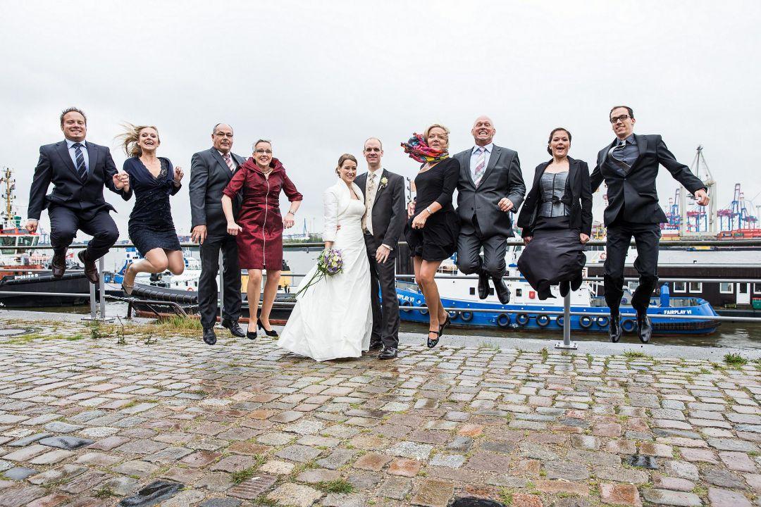 Gruppenbild von Hochzeitsgesellschaft mit springenden Gästen vom Hochzeitsfotografen Peter Vogel