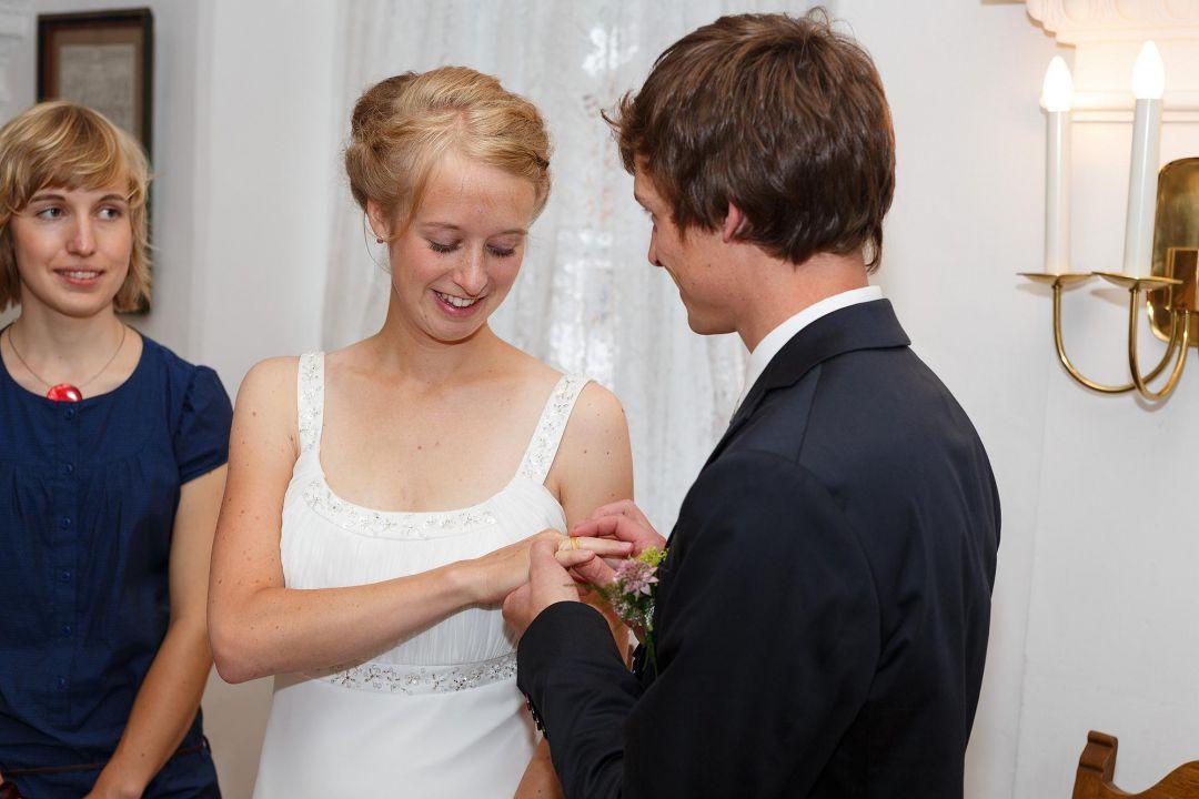 Bild vom Ringetausch mit jungem Brautpaar, Hochzeit Fotograf Hamburg Peter Vogel