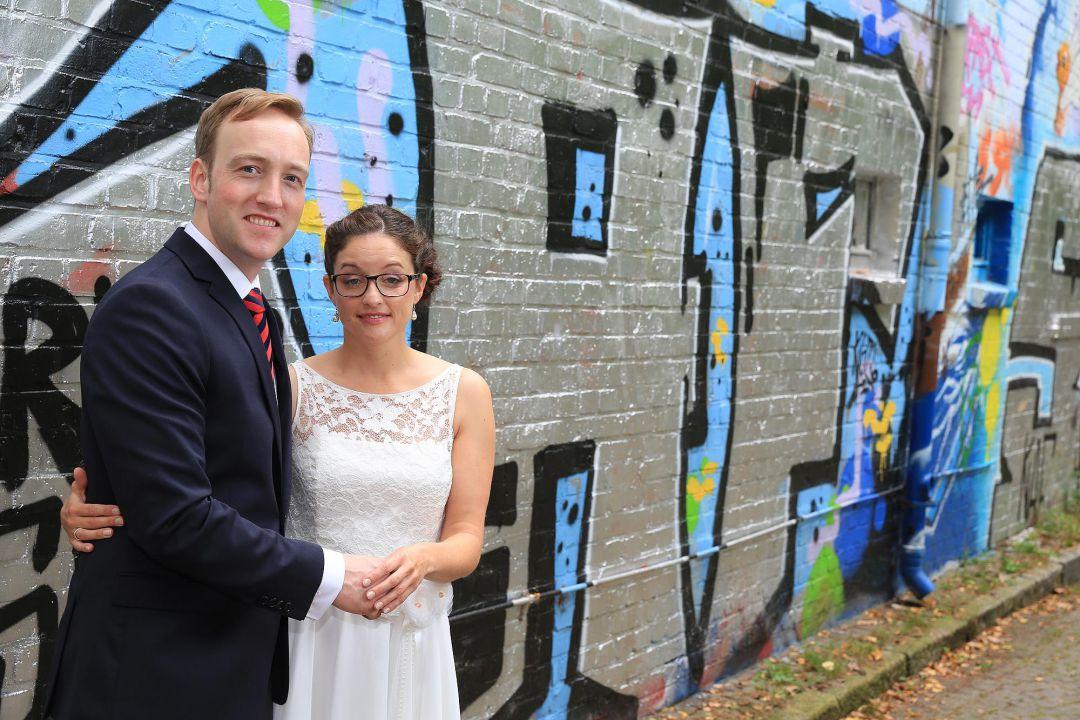 Hochzeitsfoto vor einer Grafittiwand von Peter Vogel, Hamburg
