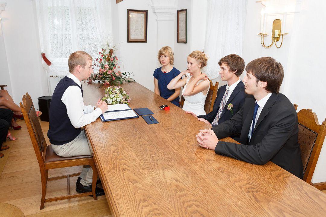 Szene beim Standesamt mit jungem Brautpaar, Hochzeitsfotos von Peter Vogel, Hamburg