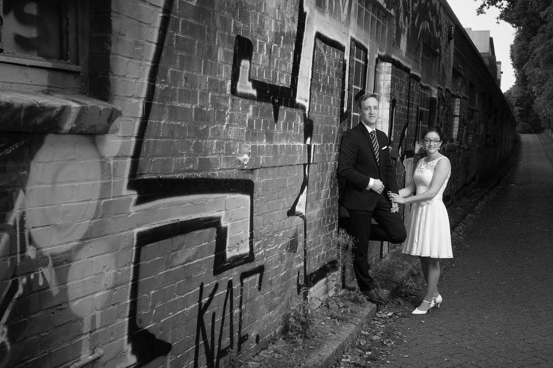 Hochzeitsfoto vor einer Grafittiwand in schwarzweiß von Peter Vogel, Hamburg