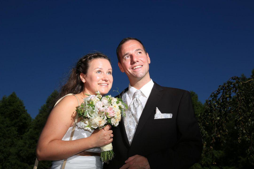 Dramatische Aufnahme vom Brautpaar gegen den blauen Himmel. Hochzeitsfotos von Peter Vogel, Hamburg