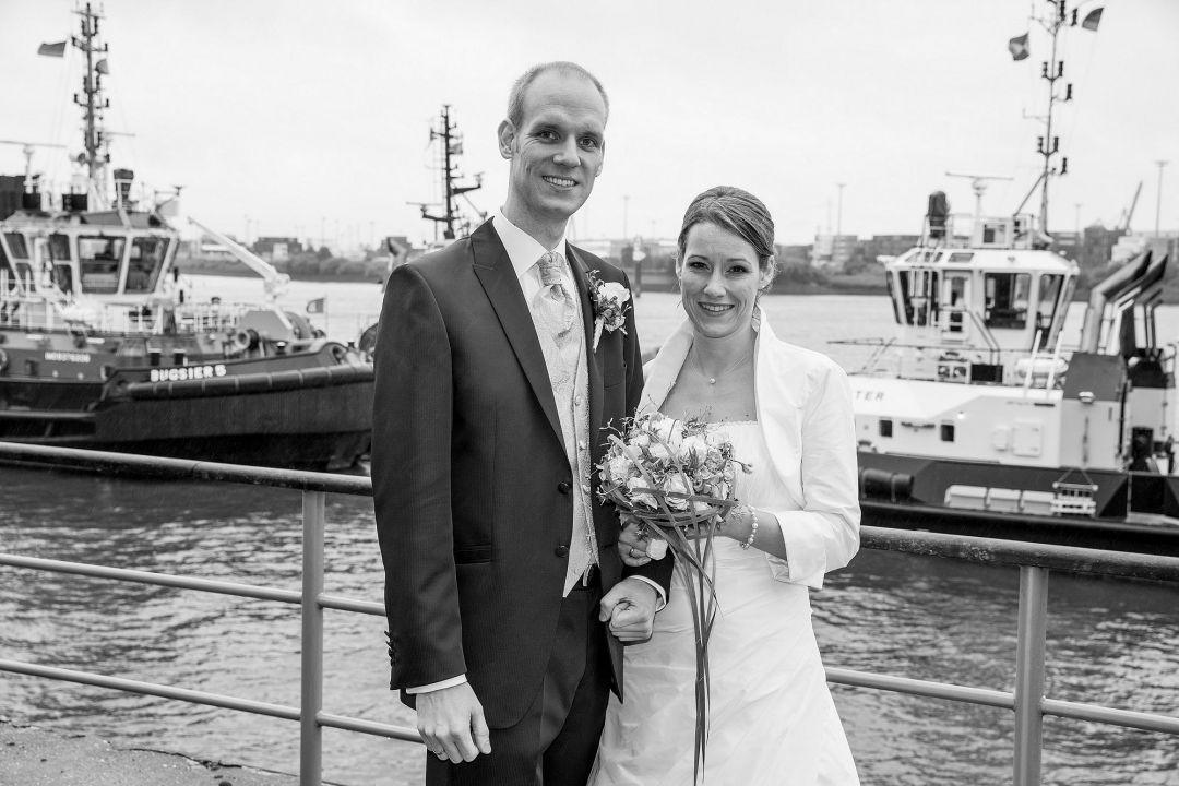 Brautpaarfoto vor Hamburger Hafen, Hochzeitsfotos von Peter Vogel, Hamburg