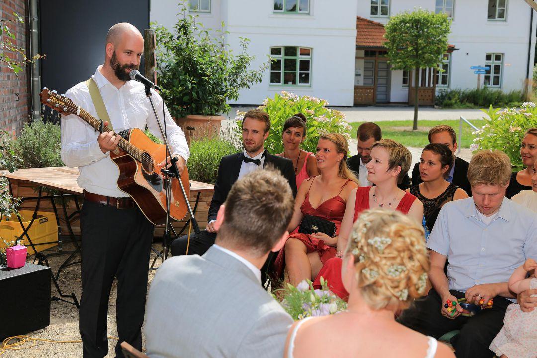 Szene einer freien Trauung mit Sänger, Hochzeitsfotos von Peter Vogel, Hamburg