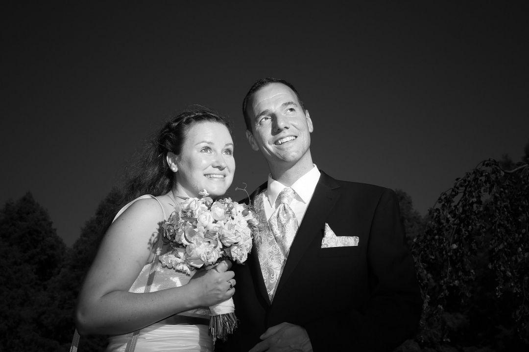 Dramatische schwarzweiß Aufnahme vom Brautpaar. Hochzeitsfotos von Peter Vogel, Hamburg