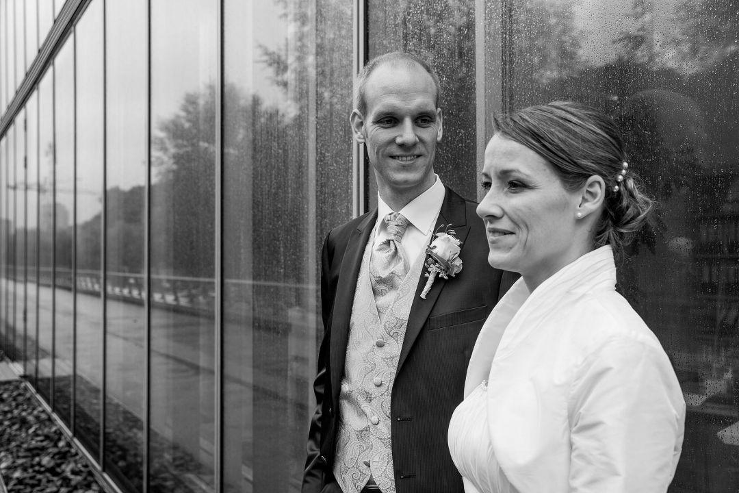 Brautpaar vor moderner Fassade, Hochzeitsfotos von Peter Vogel, Hamburg