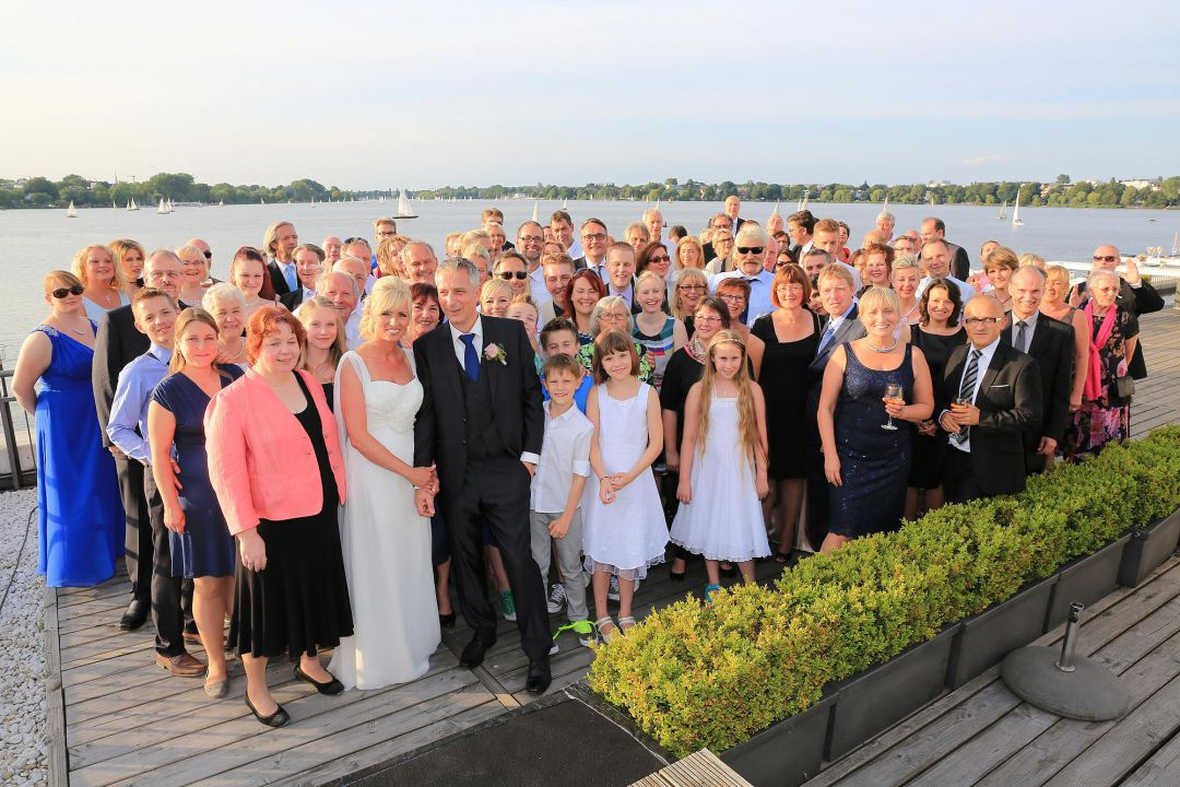 Gruppenbild der Hochzeitsgesellschaft an der Aussenalster, Hochzeitsfotos von Peter Vogel, Hamburg