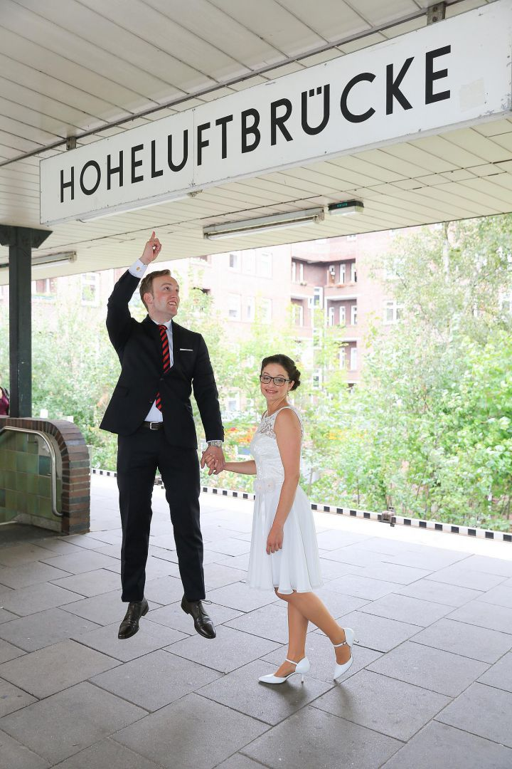 Lustiges Hochzeitsfotos auf U-Bahn Station von Peter Vogel, Hamburg
