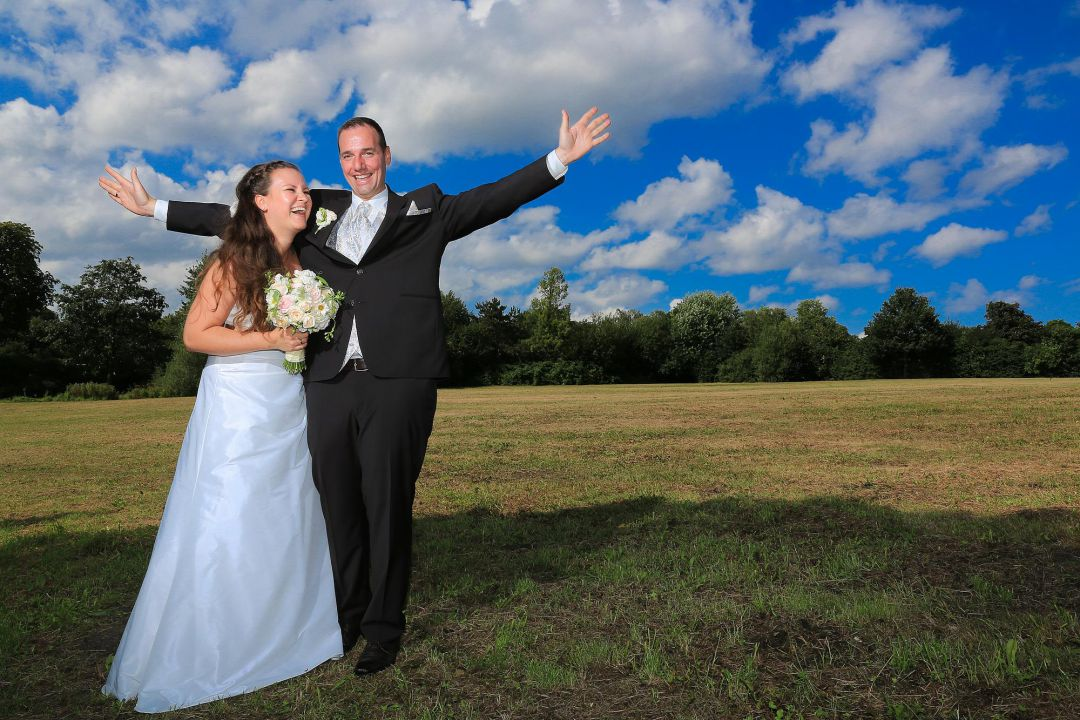 Glückliches Brautpaar in Park, Brautfotos von Peter Vogel