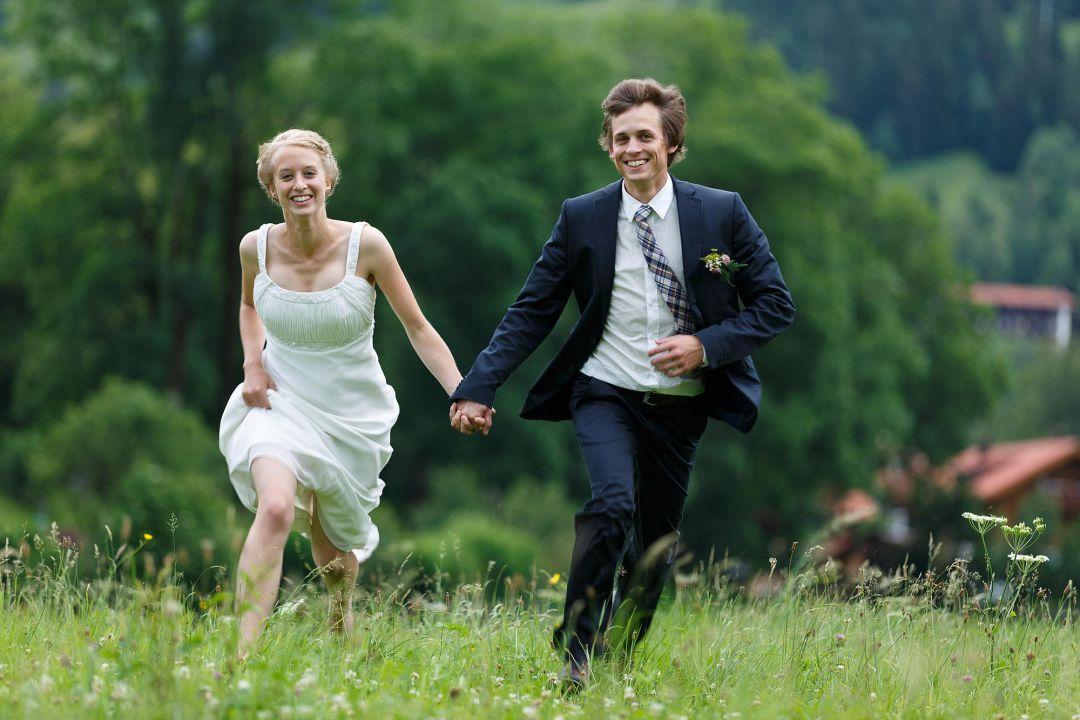 Junges, vitales Brautpaar läuft sportlich auf Kamera zu, Hochzeitsfotos von Peter Vogel, Hamburg
