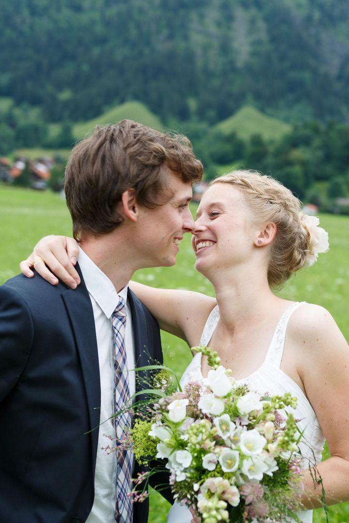 Hochzeitspaarfoto in verliebter Szene von Peter Vogel, Hamburg
