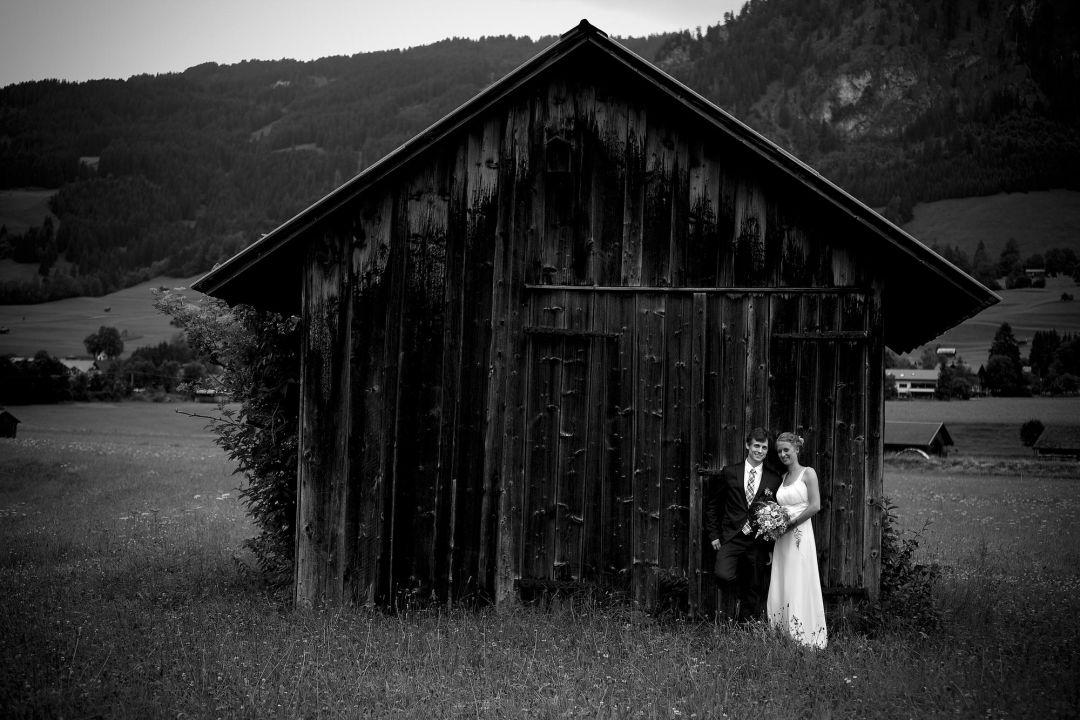 Romantisches Hochzeitspaarfoto in schwarz weiß vor bayerischer Heuhütte (Stadl)  von Fotograf Peter Vogel, Hamburg