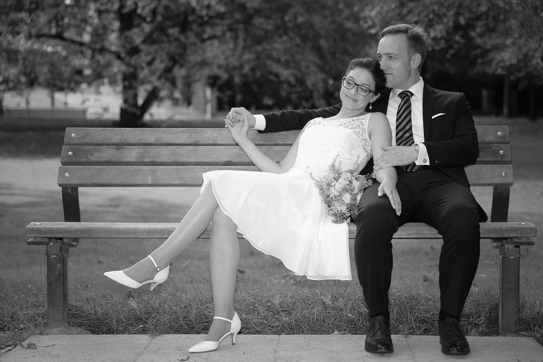 Schwarzweißes Brautpaarfoto auf Parkbank von Peter Vogel, Hamburg