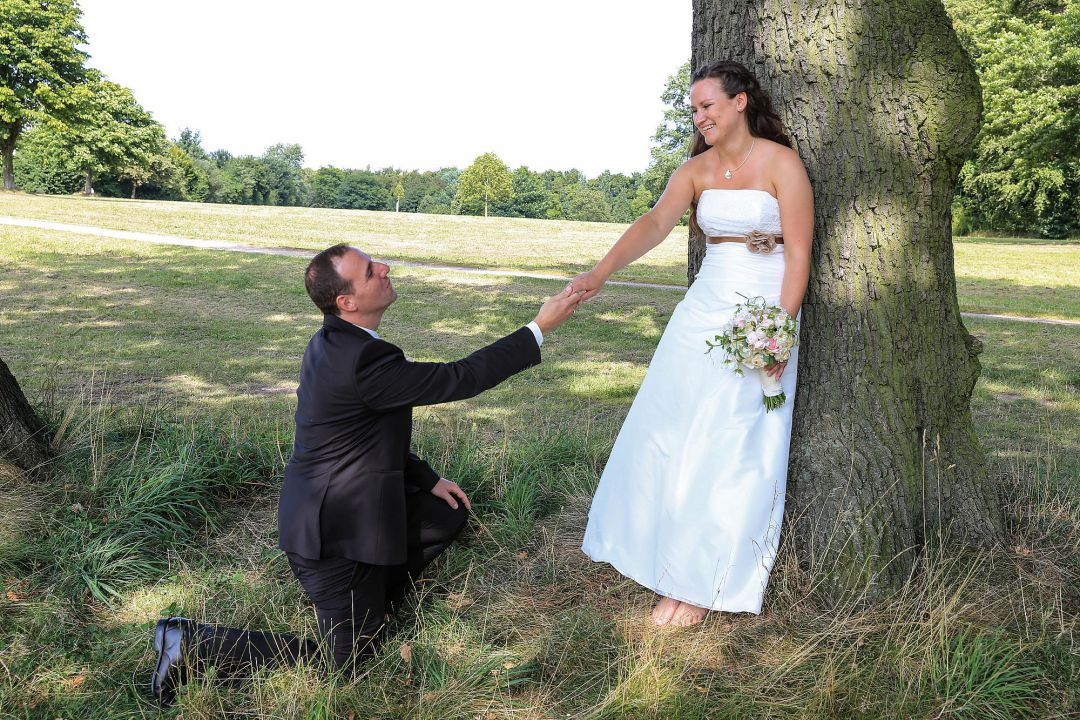 Bräutigam kniet vor Braut. Hochzeitsfotos von Peter Vogel, Hamburg