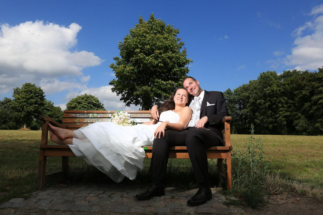 Romantische Szene auf Parkbank mit Brautaar. Hochzeitsfotos von Peter Vogel, Hamburg