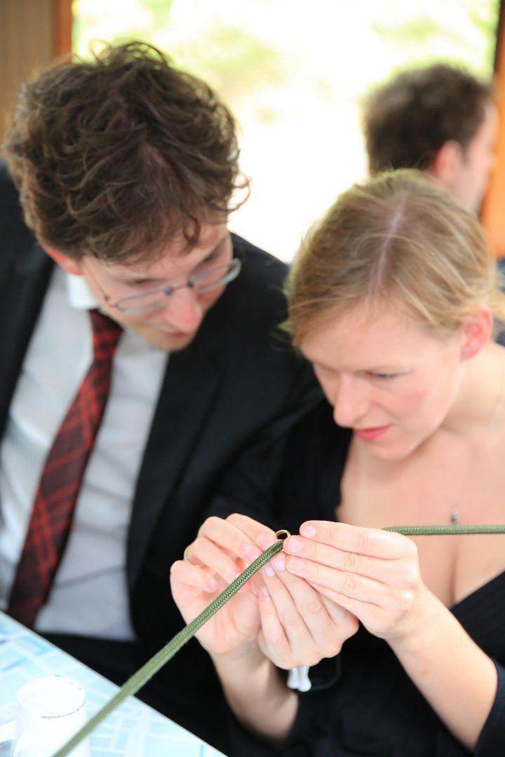 Gäste bewundern Trauring. Hochzeitsfotos von Peter Vogel, Hamburg
