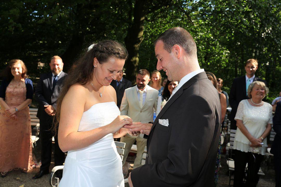 Ringetausch bei einer Trauung. Hochzeitsfotos von Peter Vogel, Hamburg