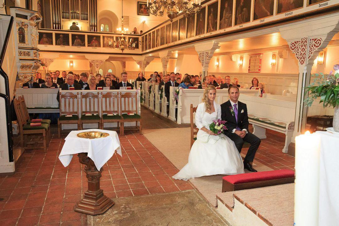 Stimmungsvolles Bild von einer Trauung in der Kirche
