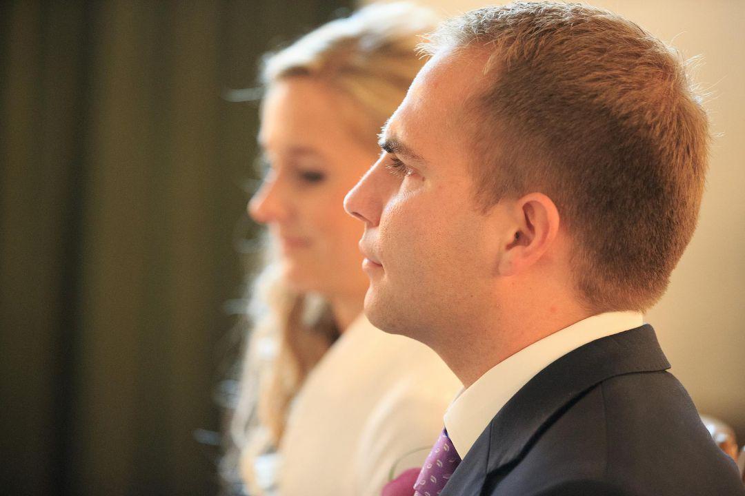 Bild vom Bräutigam während der kirchlichen Trauung