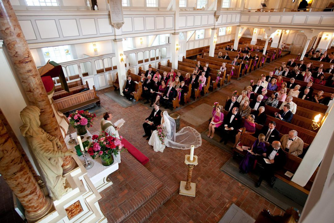 Bild von oben auf eine kirchliche Trauung in romantischer Kirche