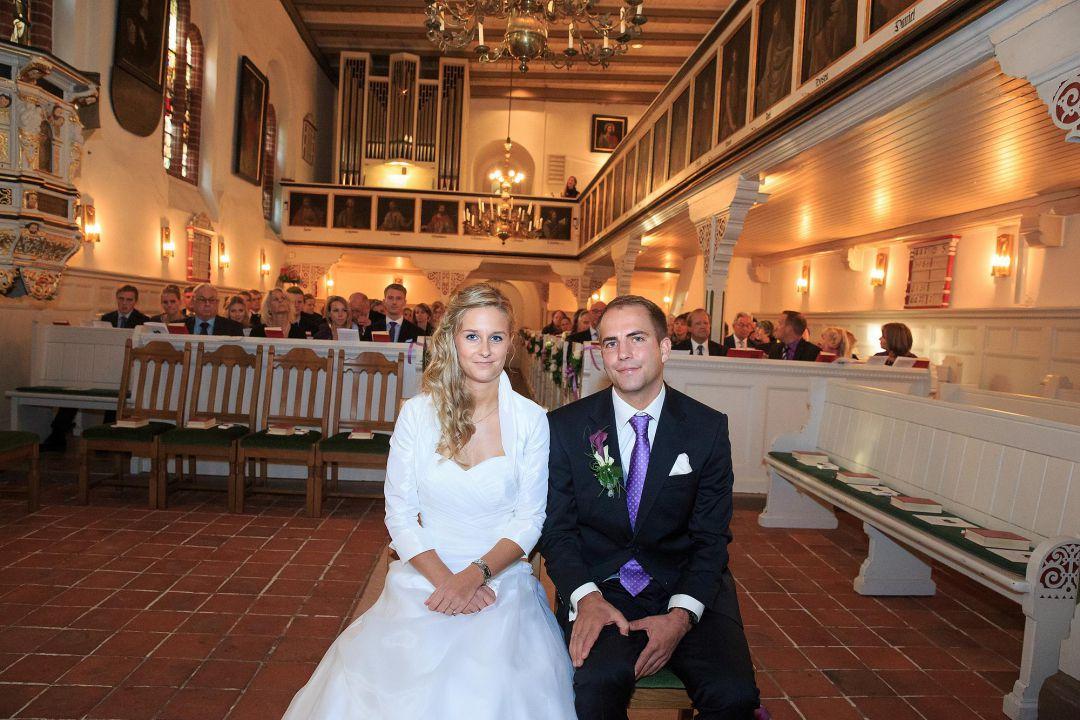 Brautpaar in historische Kirche nach der Trauung, Hochzeitsfotos von Peter Vogel, Hamburg