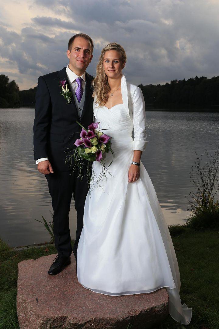 Paarbild in Abendstimmung vor einem See, Hochzeitsfotos von Peter Vogel, Hamburg