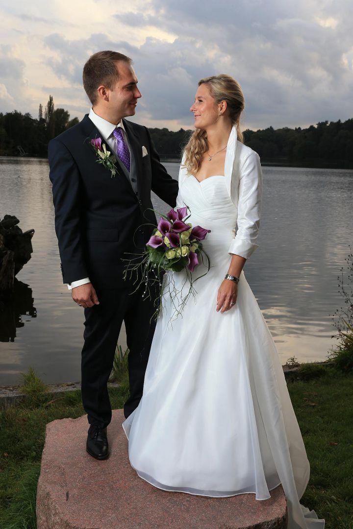 Paarbild vor abendlichem See, Hochzeitsfotos von Peter Vogel, Hamburg