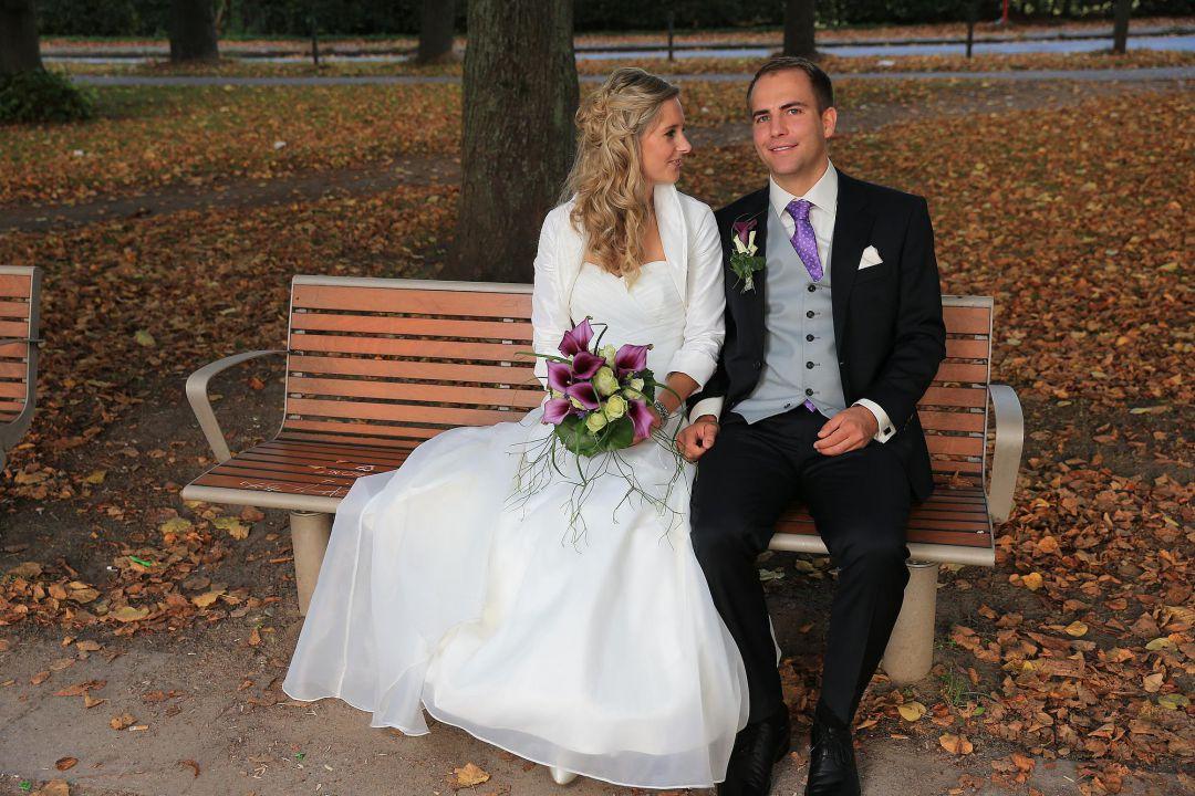 Brautpaar auf einer Parkbank, Hochzeitsfotos von Peter Vogel, Hamburg