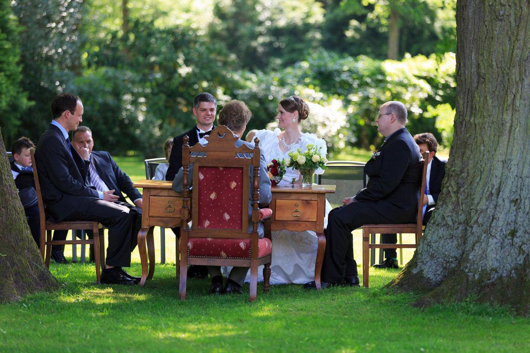standesamtliche Trauung im Garten, photographiert vom Hochzeitsfotografen Peter Vogel