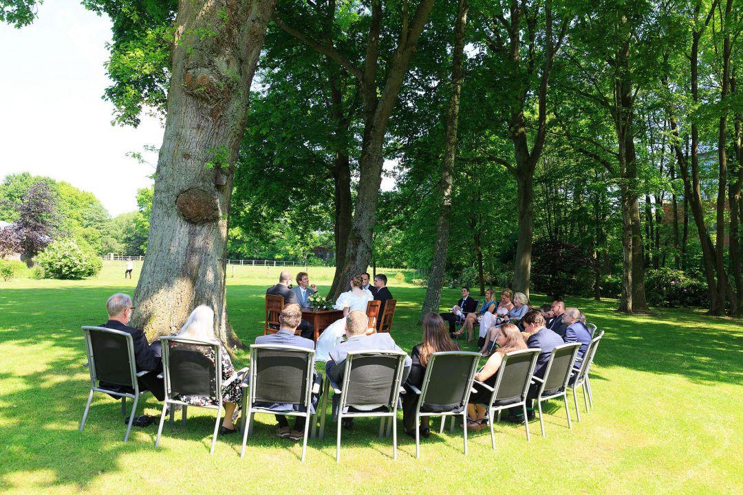 Hochzeitsgesellschaft im Garten Bild vom Hochzeitsfotografen Peter Vogel