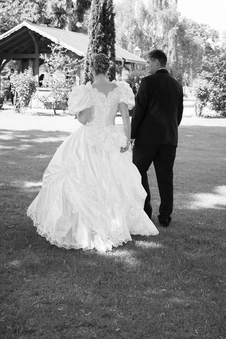 Schwarz weißes Brautpaarbild im Garten vom Hochzeitsfotografen Peter Vogel