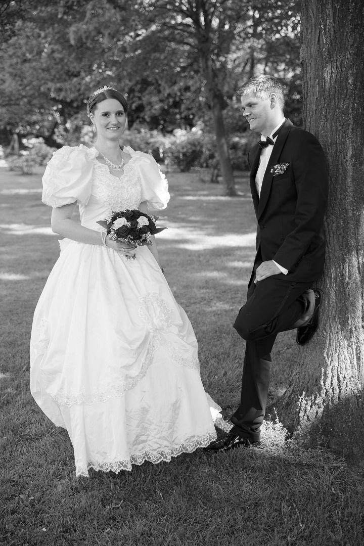 Hochzeitpaar in schwarz weiß im Garten Foto vom Hochzeitsfotografen Peter Vogel