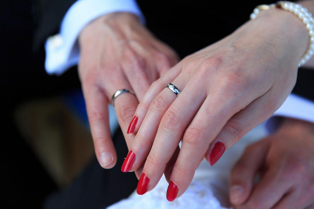 Brautpaar zeigt Brautringe, Foto vom Hochzeitsfotografen Peter Vogel