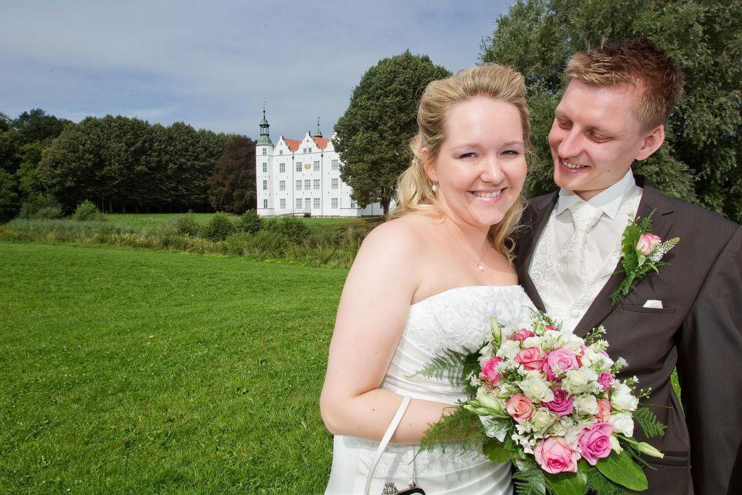 Junges Hochzeitspaar vor dem Ahrensburger Schloß, Hochzeitsfotos von Peter Vogel, Hamburg