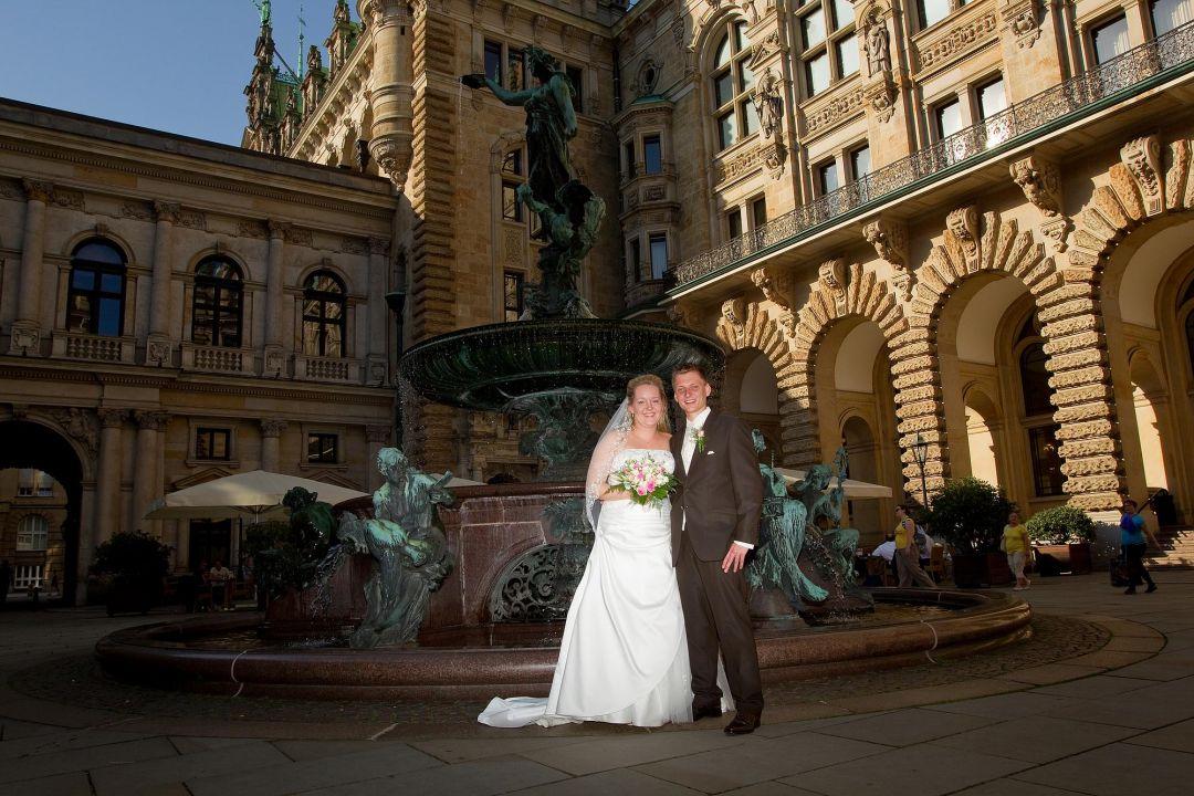 Junges Brautpar am Rathaus Hamburg, Hochzeit Fotograf Hamburg Peter Vogel