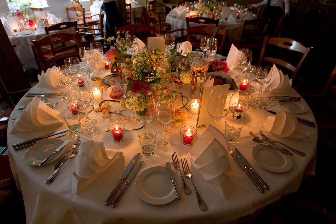 Bilder von der Hochzeitsfeier: Festlich dekorierter Tisch