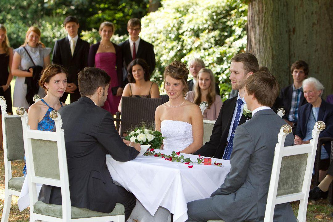 Hochzeitsphoto von der Trauung im Garten. Hochzeit Fotograf Hamburg Peter Vogel