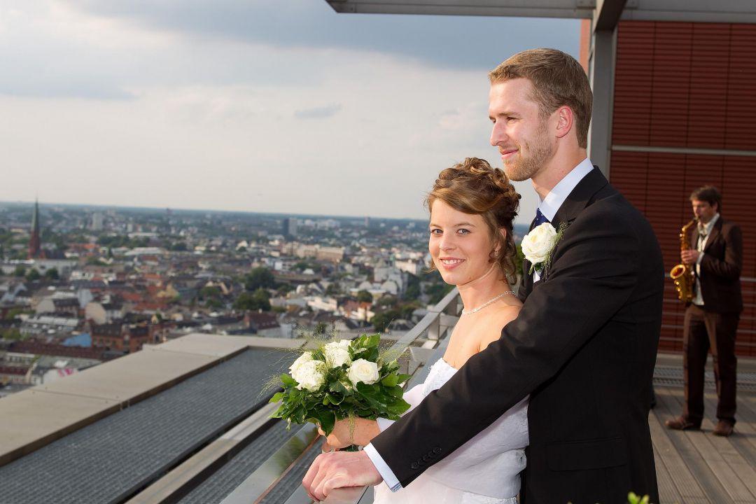 Romantisches Brautpaar vor der Kulisse von Hamburg, Hochzeit Fotograf Hamburg Peter Vogel