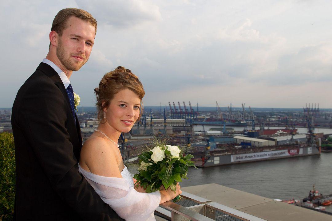 Romantisches Bild von einem Hochzeitspaar vor dem Hamburger Hafen.Hochzeitsfoto von Peter Vogel