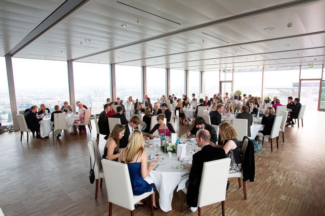 Hochzeitsfeier in einem großen, lichtdurchflutetem Saal