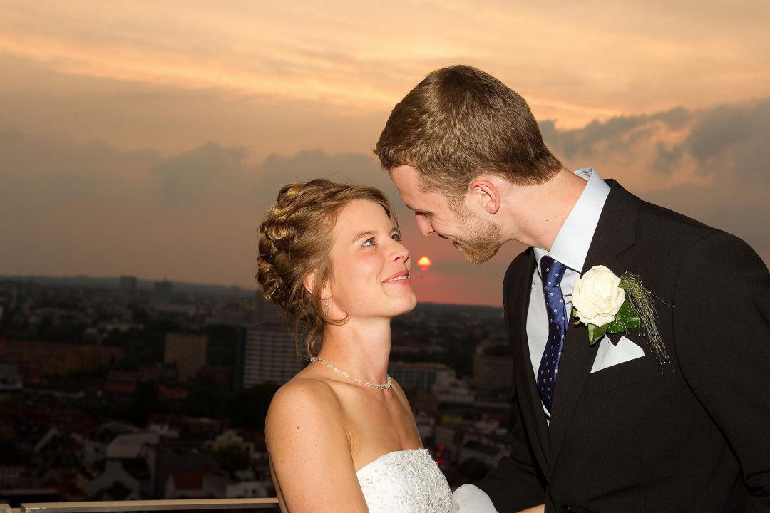 Junges, attraktives Brautpaar im Gegenlicht bei romantischem Sonnenuntergang. Hochzeitsfoto von Peter Vogel