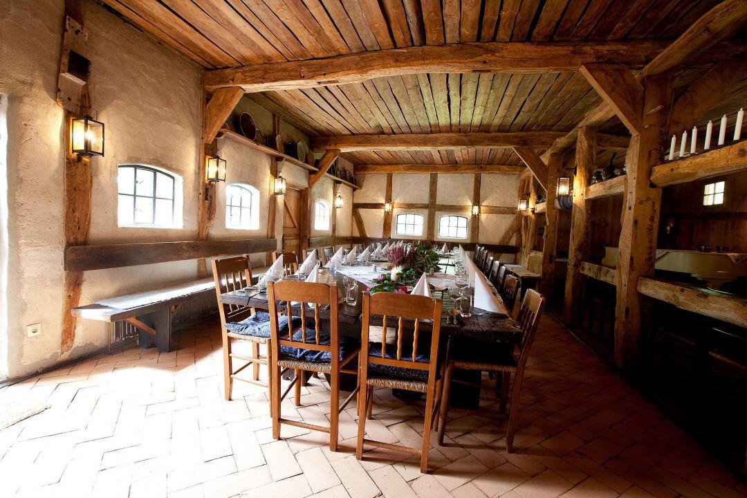 Hochzeitstafel in historischem Bauerndorf, bereit für die Hochzeitsfeier. Hochzeit Fotograf Hamburg Peter Vogel